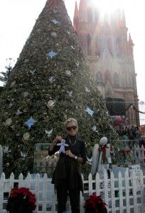 Flat Stanley and me by the Xmas tree in front of the Parroquia church, el centro